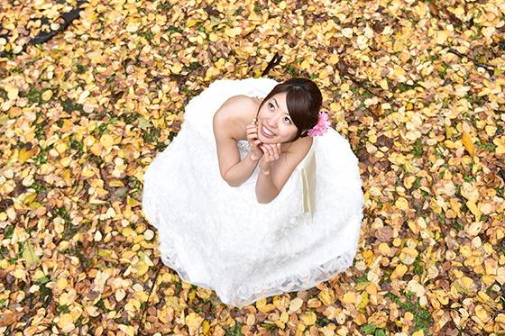 ロケーションウェディングフォト:空を見上げる花嫁