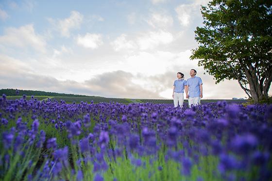 美瑛のラベンダー畑で佇むご夫婦